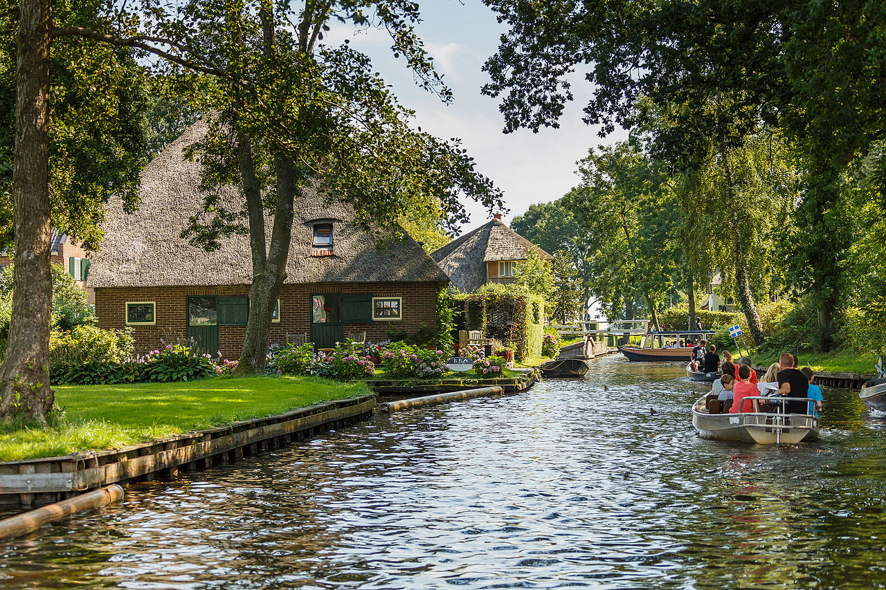 Giethoorn_Netherlands_Channels-and-houses-of-Giethoorn